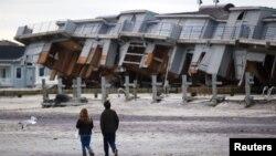 Rumah-rumah yang rusak karena hantaman Badai Sandy di pantai New Jersey. (Foto: Dok)