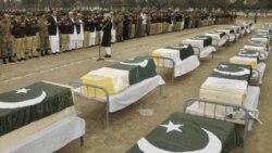 مقامات و وابستگان افراد کشته شده در بمب گذاری روز پنجشنبه در یک مرکز نظامی شمال غرب پاکستان، نزدیک تابوب کشته شدگان نماز می خوانند - ۱۰ فوریه ۲۰۱۱