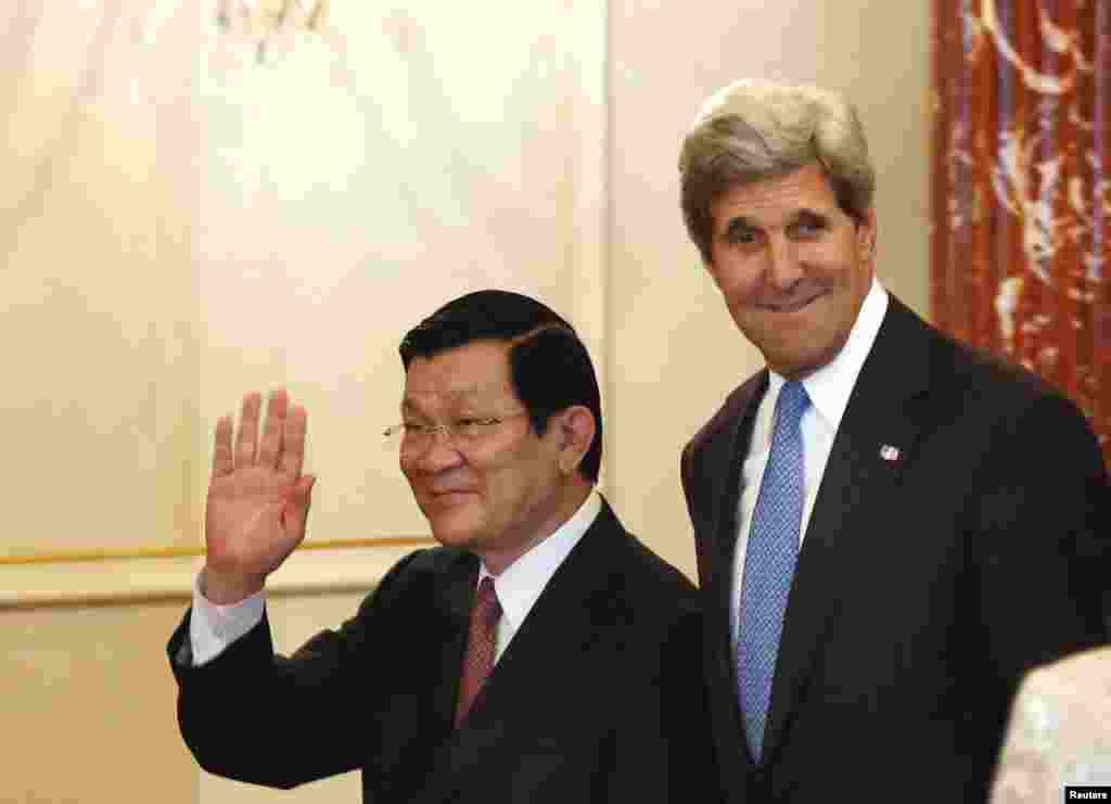 Ngoại trưởng Mỹ John Kerry và Chủ tịch nước Việt Nam Trương Tấn Sang vẫy chào tại Bộ Ngoại giao ở Washington, ngày 24/7/2013.