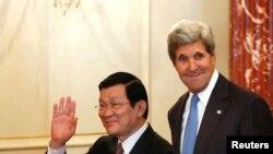 Vyetnam prezidenti Chuong Tan Shang AQSh Davlat kotibi Jon Kerri bilan. 24-iyul 2013.