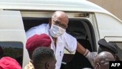 Pirezdaantii Sudaan duraanii, Al Bashiir yeroo mana murtiitti dhihaachuf konkolaataa irraa bu'an