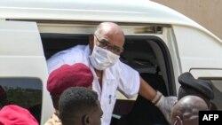 Rais Omar al-Bashir alipokuwa anawasili mahakamani mjini Khartoum, July 21, 2020.
