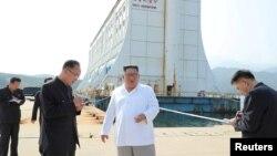 Lãnh đạo Triều Tiên Kim Jong Un (áo trắng) đi thị sát khu nghỉ mát Núi Kim Cương. Ảnh do truyền thông Triều Tiên đăng vào ngày 23/10/2019.