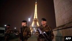 Pasukan penjaga keamanan Perancis melakukan penjagaan di sekitar menara Eiffel di Paris (foto: dok).
