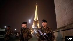 Pasukan Perancis ikut melakukan pengamanan di sekitar menara Eiffel di Paris, Sabtu (30/3).