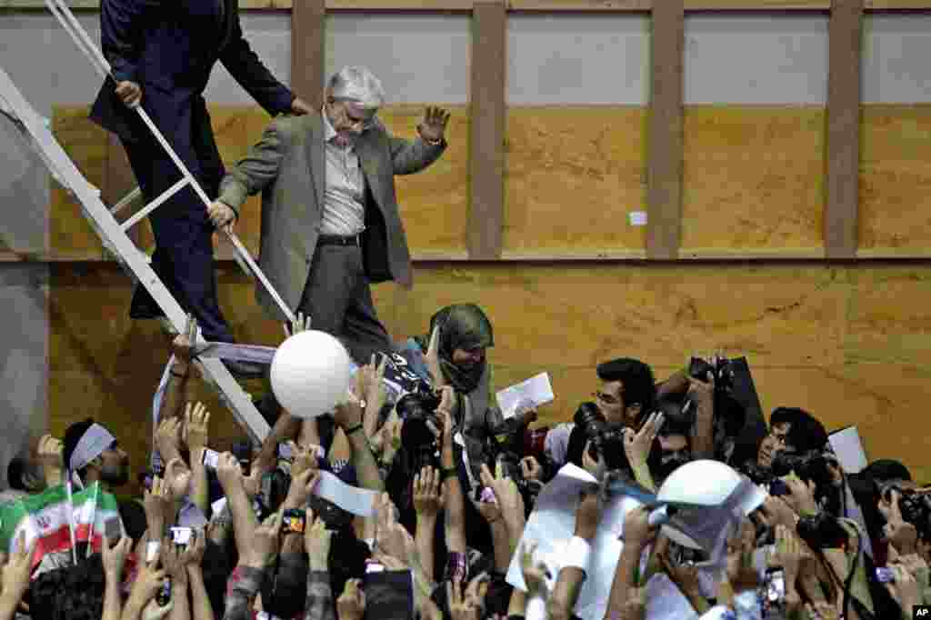 Pro-reform Iranian presidential candidate Mohammad Reza Aref waves to his supporters at a rally one day before dropping out of the race, Tehran, Iran, June 10, 2013.