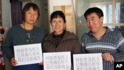 教友徐永海、妻子贾建英(中)等人为何德普祷告
