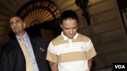Detektif distrik Bronx menggiring salah seorang tersangka, Brian Cepeda. Selain Cepeda, ada tujuh tersangka anggota geng lainnya yang menyerang tiga pemuda gay.