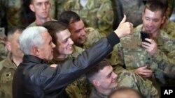 Potpredsednik SAD Majk Pens sa pripadnicima trupa SAD u Avganistanu
