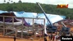 Watu wakitazama paa lililoporomoka la kanisa mjini Uyo, Nigeria