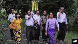آنگ سان سو چی رہائی کے بعد اپنے گھر سے باہر آتے ہوئے
