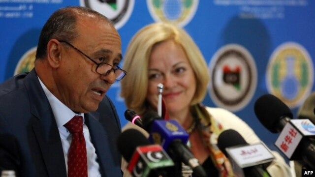 Libyan Foreign Affairs Minister Mohammed Abdelaziz (L) speaks, as U.S. Ambassador to Libya Deborah Jones (R) looks on, during a press conference in Tripoli, Feb. 4, 2014.