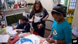 La familia de Jennifer Donald, en Filadelfia, es una de las que recibe dinero del gobierno en forma de bonos de comida.