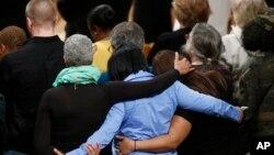 人们在华盛顿国家大教堂举行烛光纪念活动,哀悼康州桑迪•胡克小学枪杀惨案和其他枪支暴力的死难者(2013年12月12日资料照)
