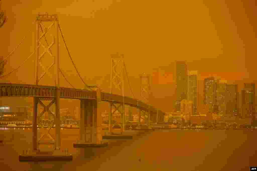 ស្ពាននៅឆ្នេរសមុទ្រនៃទីក្រុង San Francisco និងផ្ទៃមេឃចុះអ័ព្ទដោយផ្សែងពណ៌ទឹកក្រូច លាយជាមួយនិងកម្ទិចល្អិតៗ ត្រូវបានគេឃើញនៅកោះ Treasure ក្នុងទីក្រុងSan Francisco រដ្ឋកាលីហ្វ័រញ៉ា សហរដ្ឋអាមេរិក កាលពីថ្ងៃទី៩ កញ្ញា ២០២០។ ព្រៃឈើរាប់ម៉ឺនហិតាត្រូវបានភ្លើងឆេះ ដែលក្នុងនោះរួមមានទីក្រុងសំខាន់ៗចំនួន ៣៥ ផងដែរ។ ក្រុងយ៉ាងហោចណាស់ចំនួន ៥ ត្រូវបានឆេះខ្ទេច និងបង្កឲ្យមានការជម្លៀសមនុស្សជាច្រើននាក់។