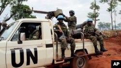 Des Casques bleus de la mission des Nations unies en Centrafrique (Minsuca) patrouillent à bord d'un véhicule à Bria, 26 mai 2017.