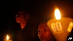 """Aktivis-aktivis di Nigeria merayakan """"Earth Hour"""" dengan mengajukan petisi yang mereka harap bisa menekan pemerintah agar menerima Rancangan Undang-undang Perubahan Iklim (foto: 23/3)."""