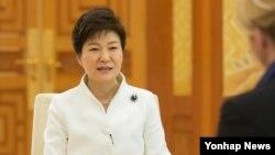 박근혜 한국 대통령이 지난 19일 청와대에서 네덜란드 최대 공영방송국인 NOS와 한반도 비핵화와 관련된 인터뷰를 하고 있다.