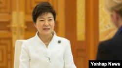 청와대에서 외신과 인터뷰 중인 박근혜 한국 대통령. (자료사진)