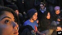 희생된 동료를 추모하는 튀니지 젊은이들