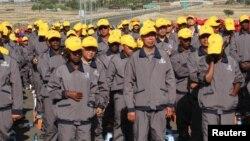 資料照:中國和埃塞俄比亞的建築工人在亞的斯亞貝巴附近參加一條高速公路的開工儀式。 (2014年5月5日)