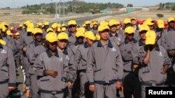 資料照:中國和埃塞俄比亞的建築工人在亞的斯亞貝巴附近參加一條高速公路的開工儀式。(2014年5月5日)
