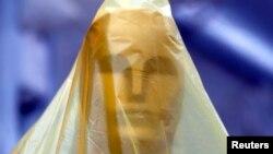 Estatua del Oscar cubierta de plástico en preparación para la 86a. Ceremonia de la Academia, en Hollywood, California.