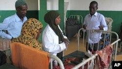 ເດັກນ້ອຍປ່ວຍເປັນໂຣກອະຫິວາ ທີ່ໂຮງໝໍ Banadir ໃນນະຄອນຫລວງ Mogadishu ຂອງໂຊມາເລຍ, ວັນທີ 12 ສິງຫາ 2011