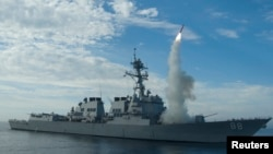 """美国海军的普瑞布尔号导弹驱逐舰在演习中发射""""战斧""""巡航导弹 - 资料照片"""