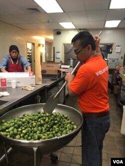 Fauzi dan relawan memasak di dapur untuk menyiapkan makanan bagi para peserta Muktamar IMSA (VOA/Karlina).