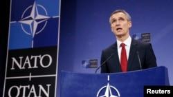 Tổng thư ký Liên minh NATO Jens Stoltenberg nói chuyện tại một cuộc họp báo