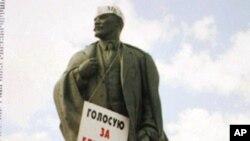 苏联解体后的莫斯科景像,列宁像上的牌子呼吁人们投票支持叶利钦