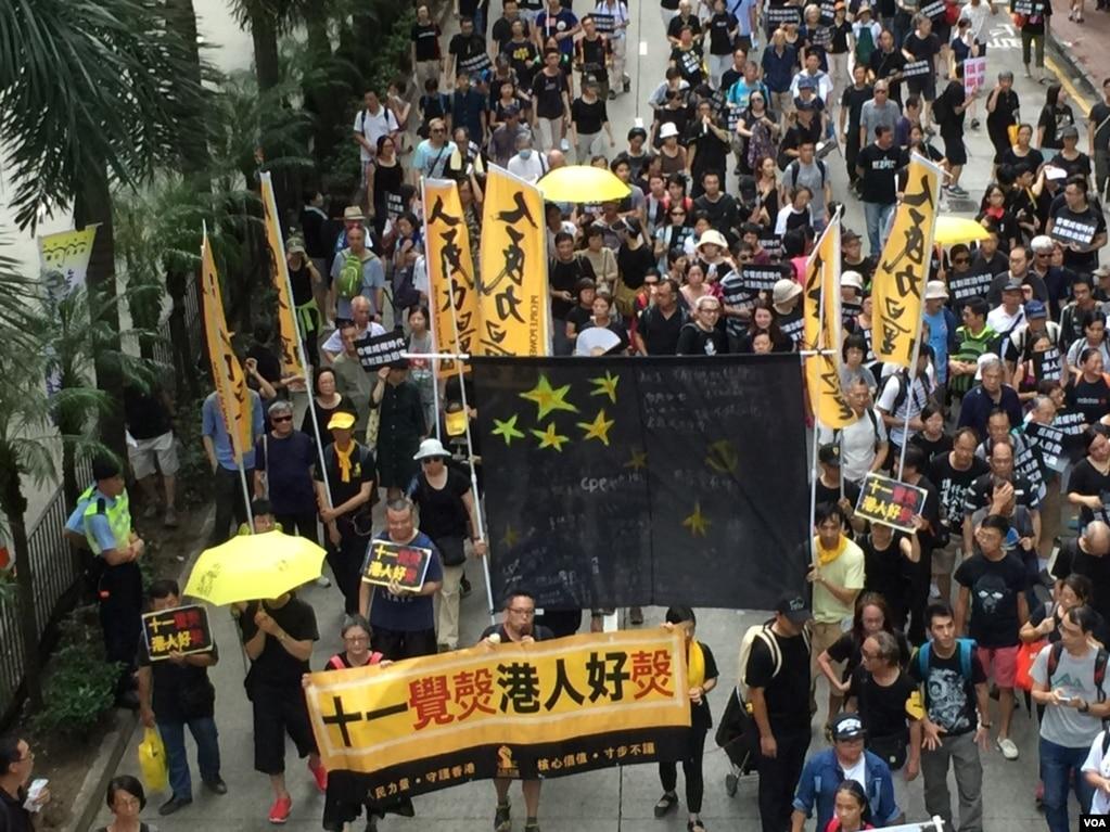 香港幾十個政黨和團體在中國十一國慶當天下午,舉行反威權大遊行,抗議政治打壓,要求律政司司長袁國強下台。 數以萬計的港人走上街頭,表達反對他們看來的來自北京和香港特區政府的威權打壓。
