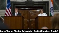 Menteri Pertahanan AS Ash Carter (kiri) berbicara dalam konferensi pers gabungan dengan Menteri Pertahanan India Manohar Parrikar di New Delhi, April 2016.
