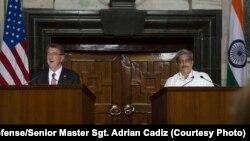 Bộ trưởng Quốc phòng Mỹ Ash Carter (trái) phát biểu trong một buổi họp báo chung với Bộ trưởng Quốc phòng Ấn Độ Manohar Parrikar ở New Dehli, Ấn Độ, ngày 12 tháng 4 năm 2016.