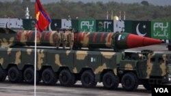 Tên lửa Shaheen-III do Pakistan sản xuất có khả năng mang đầu đạn hạt nhân tại buổi lễ duyệt binh ở Islamabad hôm 23/3.