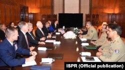 جان مککین با قمر جاوید باجوه، لوی درستیز اردوی پاکستان، نیز در مورد افغانستان صحبت کرد