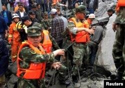 在四川省茂县叠溪新磨村的山体高位垮塌事件现场,救援人员紧张工作(2017年6月24日)