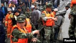Tim SAR melakukan upaya pencarian korban di lokasi tanah longsor yang menghancurkan sekitar 40 rumah, di Desa Xinmo, China di mana lebih dari 100 orang dikhawatirkan terkubur, 24 Juni 2017. (REUTERS/Stringer).