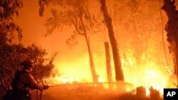 Un sapeur-pompier combat les flammes près d'un ranch à Santa Barbara, Californie (16 juin 2016)