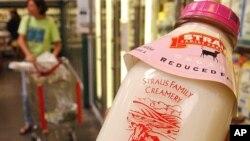 Josefa Perez, salah satu pemilik toko bahan pangan Rainbow di San Francisco, memegang sebotol susu yang diklaim diproduksi tanpa penggunaan hormon, antibiotik dan pestisida, 19 Juni 2003. (Foto:Dok)