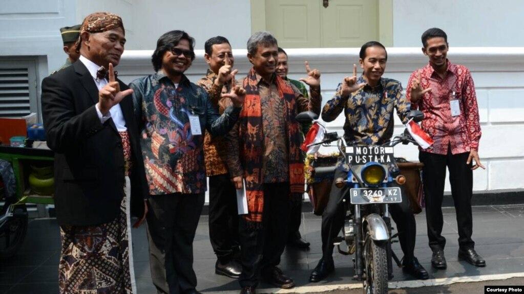 Presiden Joko Widodo menaiki sepeda motor seorang pegiat literasi (Foto courtesy: Setpres RI).