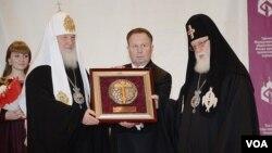 """2013 წელი, რუსეთის პატრიაქრი ილია მეორეს მოსკოვში """"მართლმადიდებელ ხალხთა ერთობის ფონდის"""" ჯილდოს გადასცემს"""