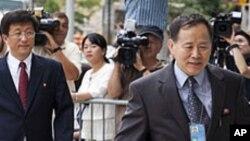 뉴욕의 회담장으로 들어가는 북한 외교관들