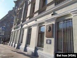 卢毕扬卡11号上的捷尔任斯基像,他曾在这栋大楼里设有办公室。(美国之音白桦拍摄)