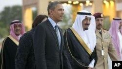 Putra Mahkota Arab Saudi, Salman bin Abdulaziz Al Saud, mendampingi Presiden Obama menuju tempat pertemuannya dengan Raja Abdullah di Rawdat Khuraim, Arab Saudi (28/3).