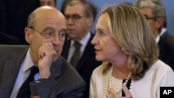 美国国务卿克林顿与法国外长朱佩4月19日在巴黎举行的有关叙利亚的会议上