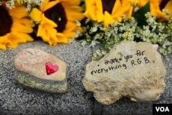 Dân chúng bày tỏ lòng thương tiếc sau sự ra đi của cố thẩm phán Ruth Bader Ginsburg, Ảnh chụp ngày 24/9/2020 (VOA-Việt ngữ)