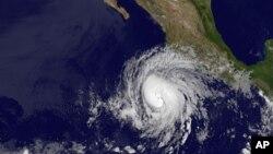 Ураган «Бад», движущийся к побережью Мексики, 24 май, 2012.