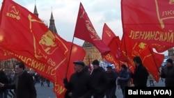共產黨支持普京烏克蘭政策。俄羅斯吞併克里米亞後,3月莫斯科紅場慶祝集會的俄共黨員。(美國之音白樺攝)